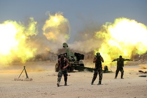 Shi'ite fighters with Iraqi security forces fire artillery during clashes with Islamic State militants near Falluja, Iraq, May 29, 2016. REUTERS/Alaa Al-Marjani